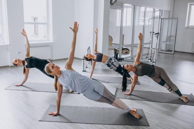 Sama seperti pilates, yoga juga merupakan latihan yang dapat mengurangi rasa stres. Oleh sebab itu, yoga juga merupakan salah satu latihan yang cocok untuk meningkatkan kesuburan.