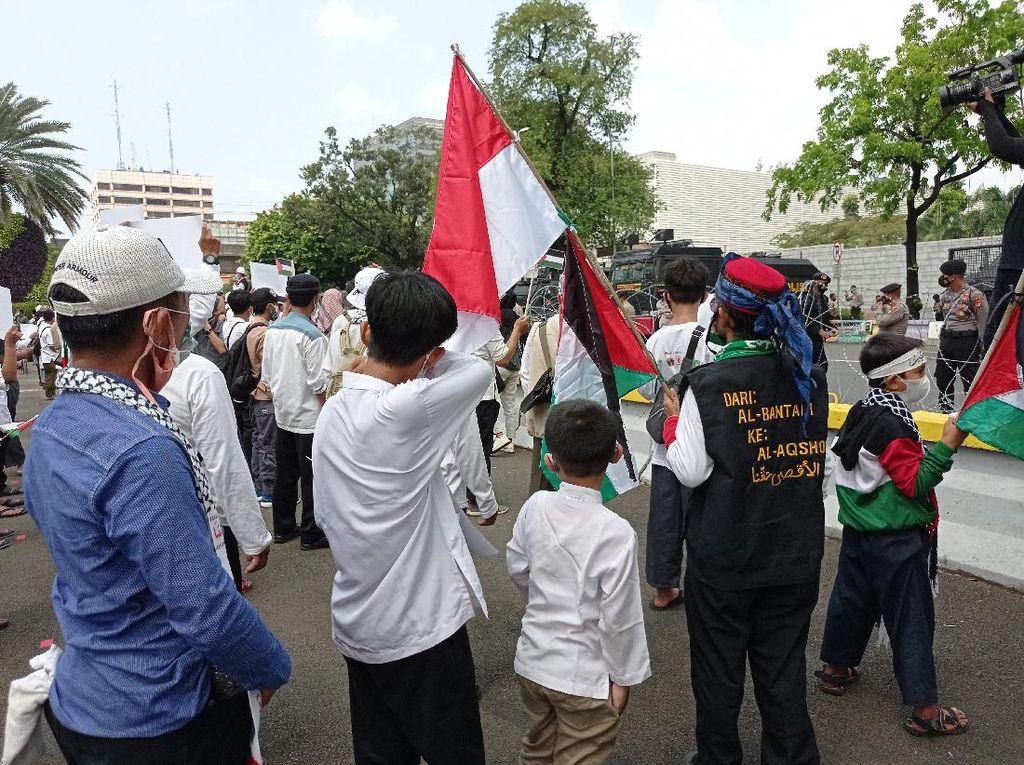 Anak-anak Ikut Demo Bela Palestina di Depan Kedubes AS