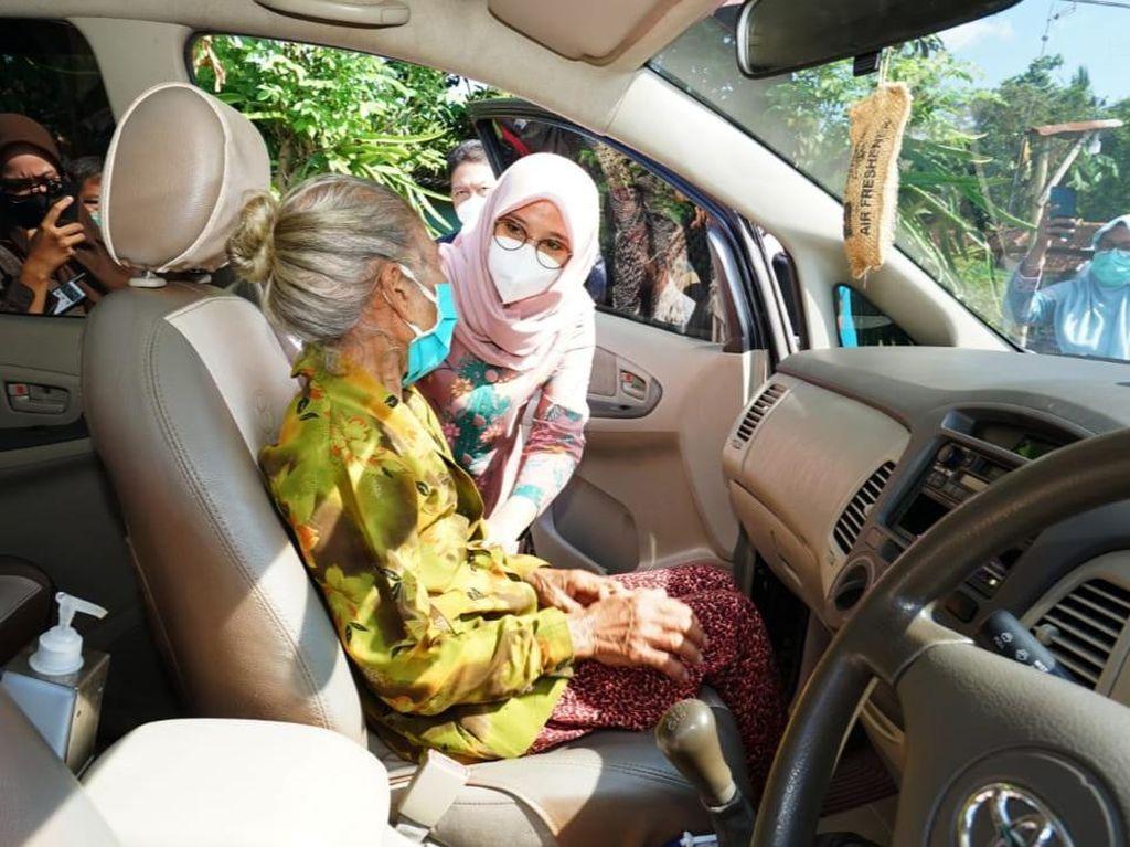 Dijemput Bupati Banyuwangi untuk Vaksin COVID-19, Nenek Misnah Grogi