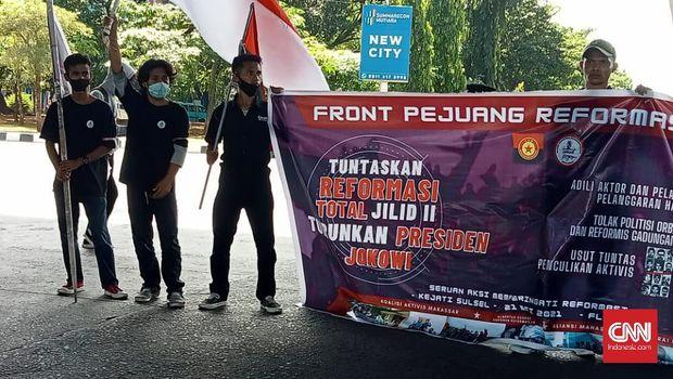 Sejumlah mahasiswa menggelar aksi unjuk rasa  di Makassar memperingati 23 tahun Reformasi 1998, Jumat (21/5). Mereka menyuarakan reformasi jilid dua, namun berujung dibubarkan aparat