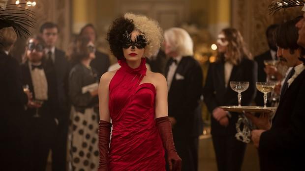 Emma Stone sebagai Cruella de Vil.