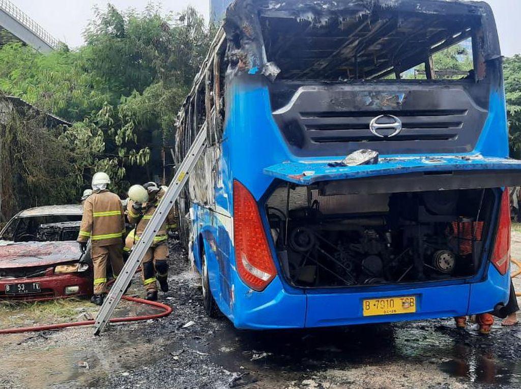 5 Mobil Hangus dalam Kebakaran di Pos Transit Bus Mampang Jaksel