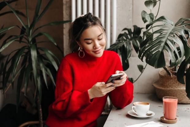 Enggak ada salahnya sesekali mengirim pesan meski itu hanya sekedar untuk menyapa, karena itu akan membuatnya tersenyum dan membuatnya tahu bahwa kamu masih memikirkannya saat kamu pergi.