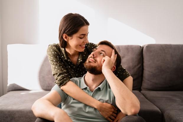 Ketika duduk berdua dan berbicara, pertahankan kontak matanya dan lakukan percakapan yang tulus tentang sesuatu yang penting baginya. Karena ini akan membuat dia tahu bahwa kamu peduli dengannya.
