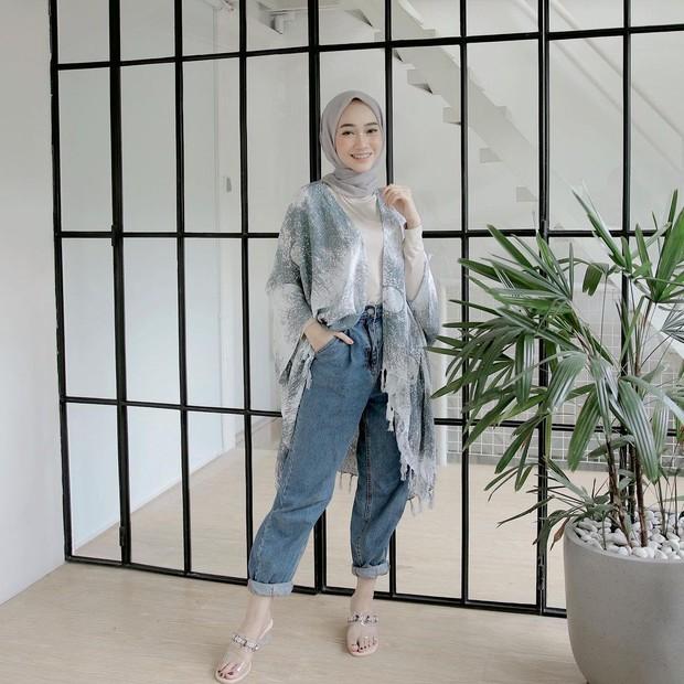 Outer abu-abu dan jeans