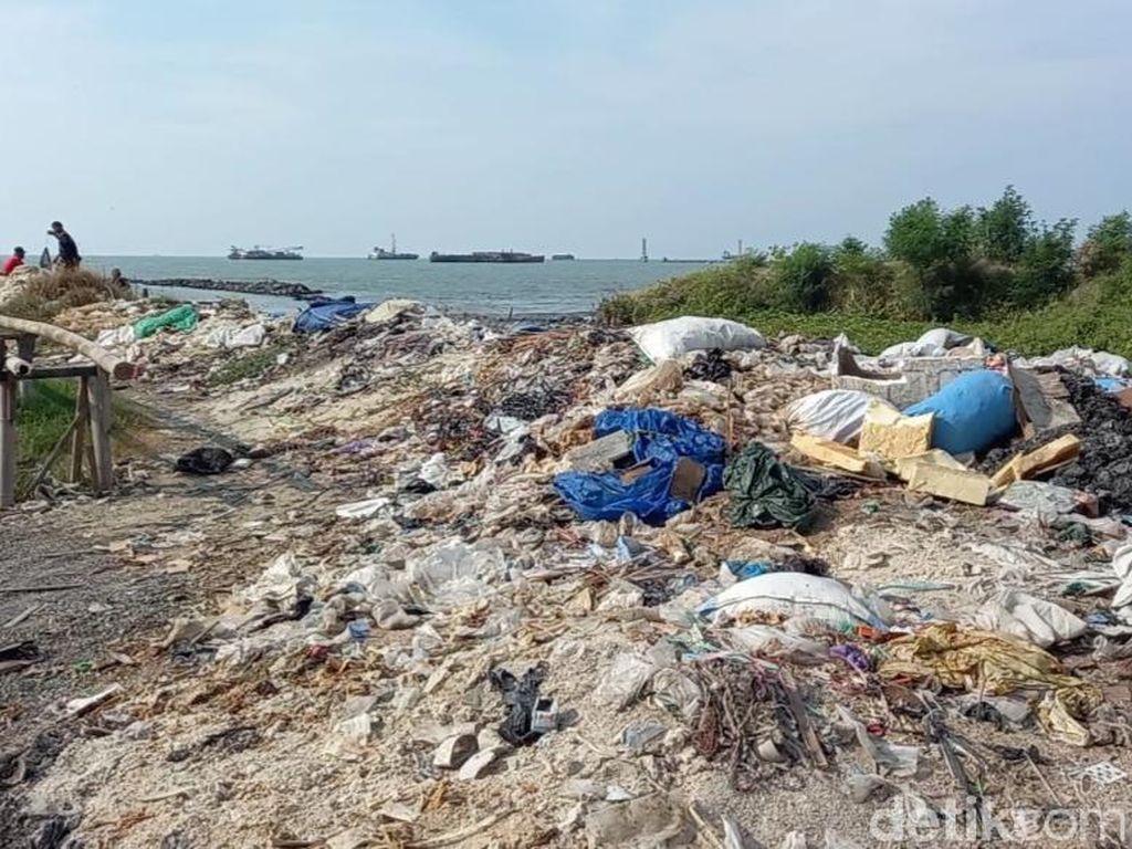 Nelayan Keluhkan Pelabuhan Kota Tegal Kumuh dan Penuh Sampah!