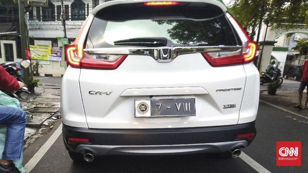 Sebuah mobil berpelat nomor DPR RI melintas di wilayah Kemang, Jakarta Selatan, Jumat (21/5/2021). DPR mengeluarkan aturan pelat nomor khusus yang akan dipakai setiap kendaraan harian para wakil rakyat.