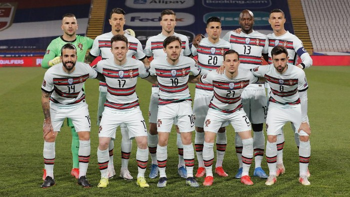 BELGRADE, SERBIA - MARCH 27: Portugal players line up for a team group during the FIFA World Cup 2022 Qatar qualifying match between Serbia and Portugal at FK Crvena Zvezda stadium on March 27, 2021 in Belgrade, Serbia. Sporting stadiums around Serbia remain under strict restrictions due to the Coronavirus Pandemic as Government social distancing laws prohibit fans inside venues resulting in games being played behind closed doors.  (Photo by Srdjan Stevanovic/Getty Images)