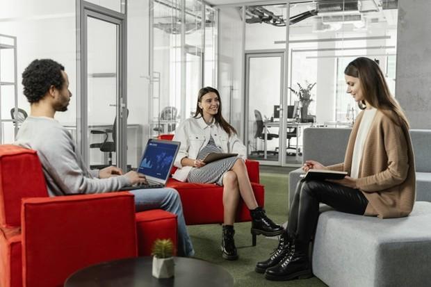 Sebagai pegawai baru harus tetap menjaga sopan dan santun selama bekerja.