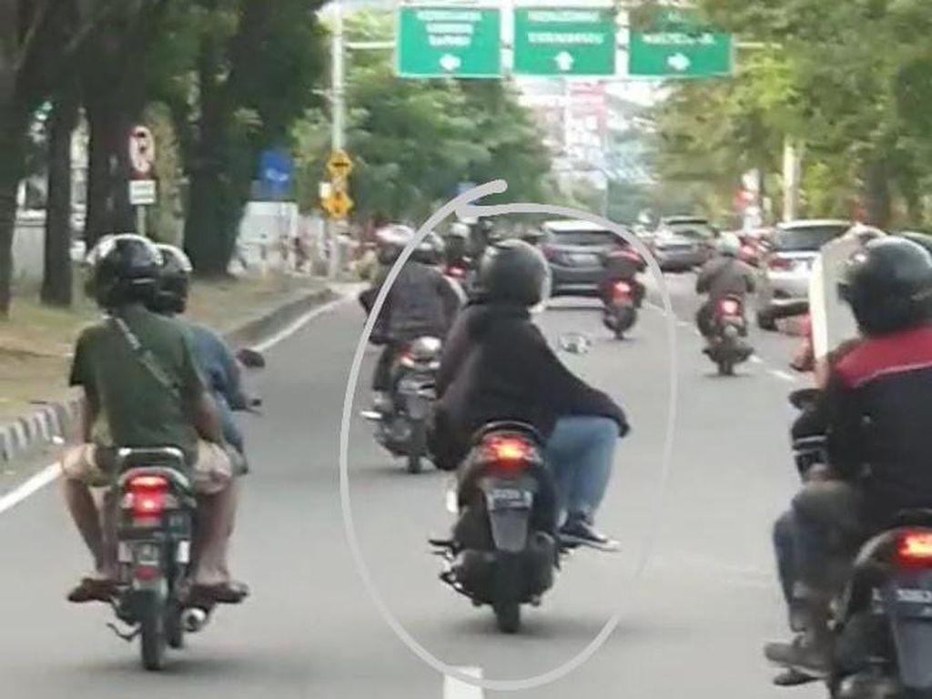 Aksi Pengendara Motor di Surabaya Duduk Miring Sambil Lepas Tangan Kanan