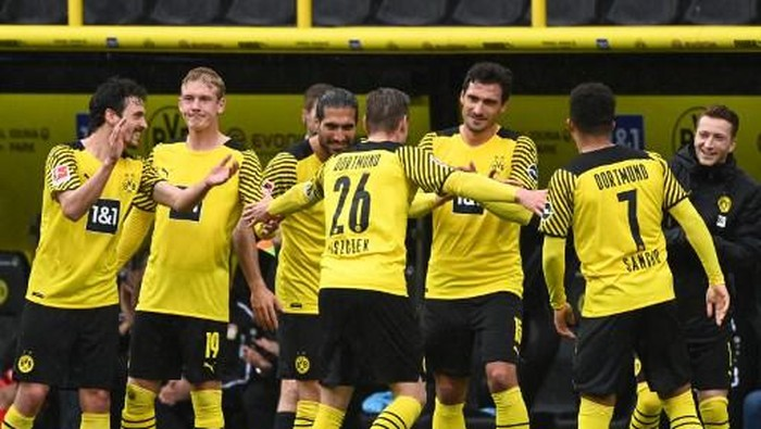 Dortmunds Polish defender Lukasz Piszczek (C) leaves the picth as he is applauded by his team mates during his last German first division Bundesliga football match Borussia Dortmund vs Bayer Leverkusen, in Dortmund on May 22, 2021. (Photo by Ina FASSBENDER / POOL / AFP) / DFL REGULATIONS PROHIBIT ANY USE OF PHOTOGRAPHS AS IMAGE SEQUENCES AND/OR QUASI-VIDEO