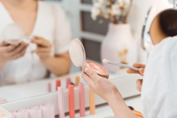 Terlalu banyak memakai bedak pada wajah nyatanya malah memuat make up semakin cepat luntur.