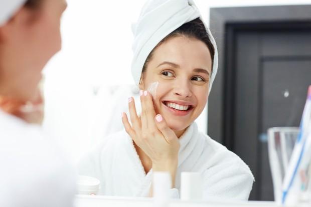 Setelah bersih, jangan lupa untuk memakai moisturizer agar wajah kembali lembab dan mudah untuk dirias.