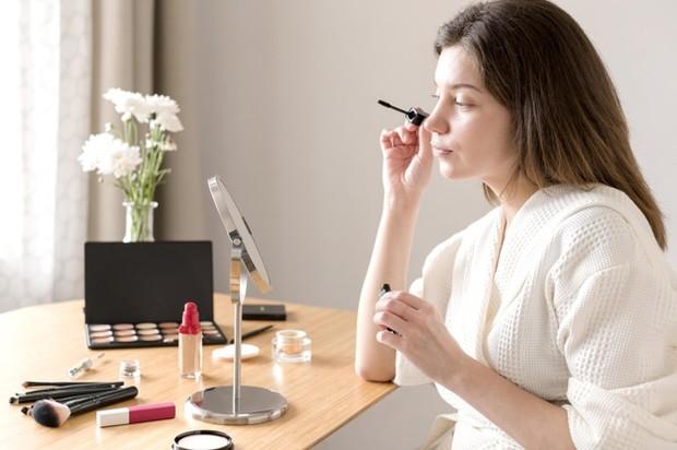 Pilihlah produk make up dengan jenis waterproof agar lebih tahan lama melekat pada wajah.