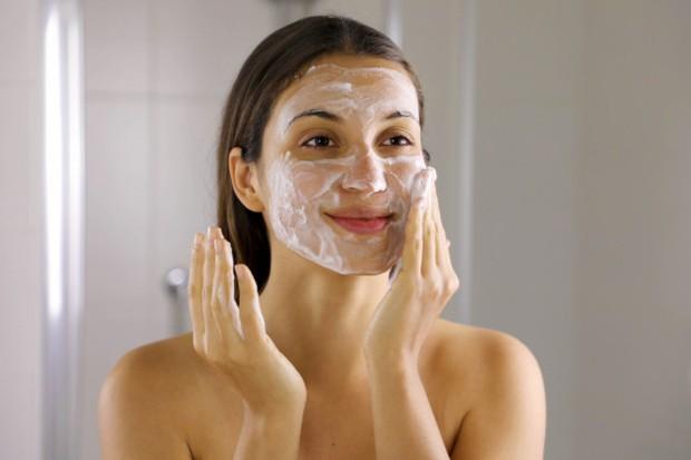 Pastikan wajah kamu dalam keadaan bersih sebelum mengaplikasikan segala produk make up.