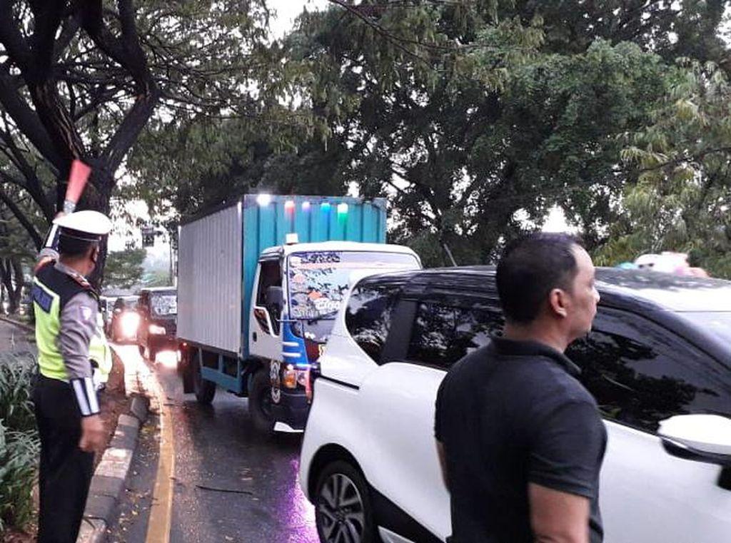 Jalan Juanda Depok Macet Parah Akibat Pohon Tumbang, Lalin Direkayasa