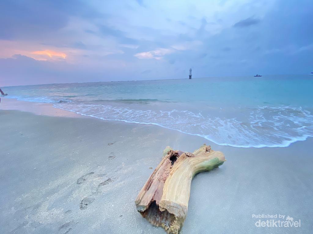 Menikmati Senja Merona dari Pantai Senggigi