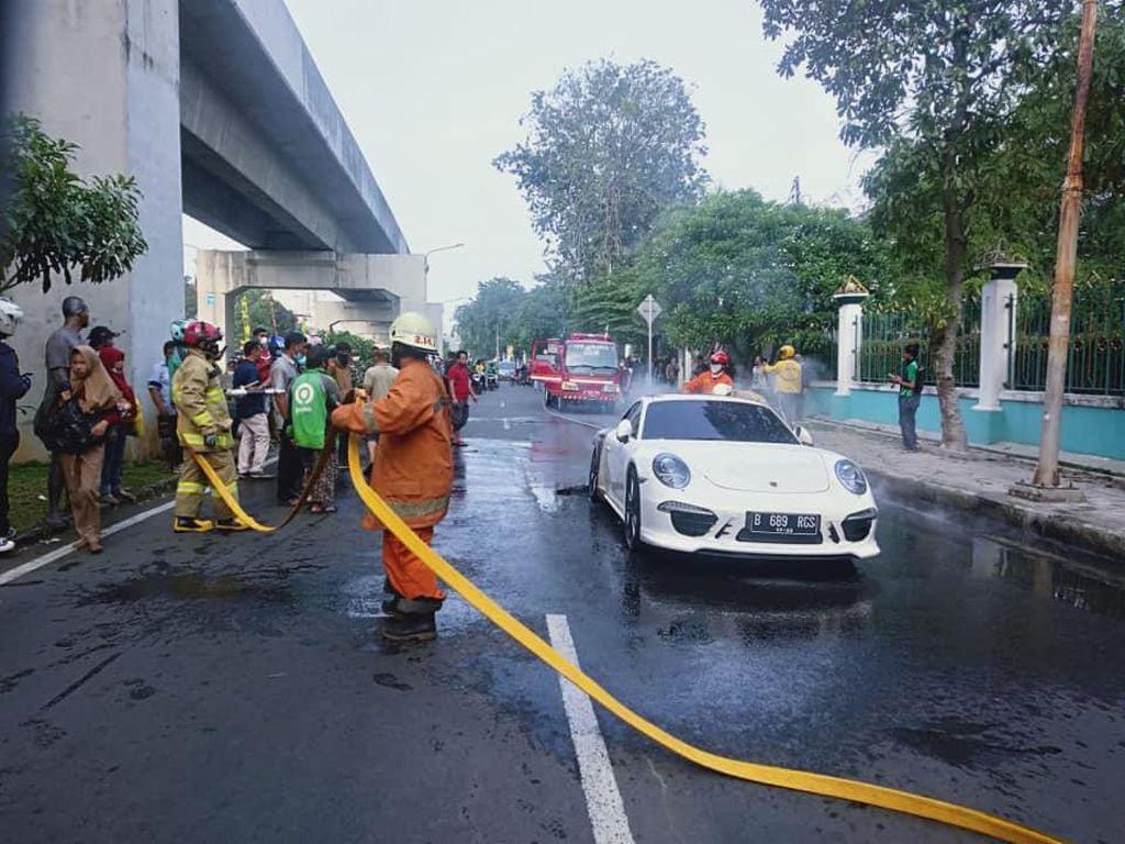Polisi: Porsche Putih Terbakar di Kelapa Gading Gegara Mesin Korslet