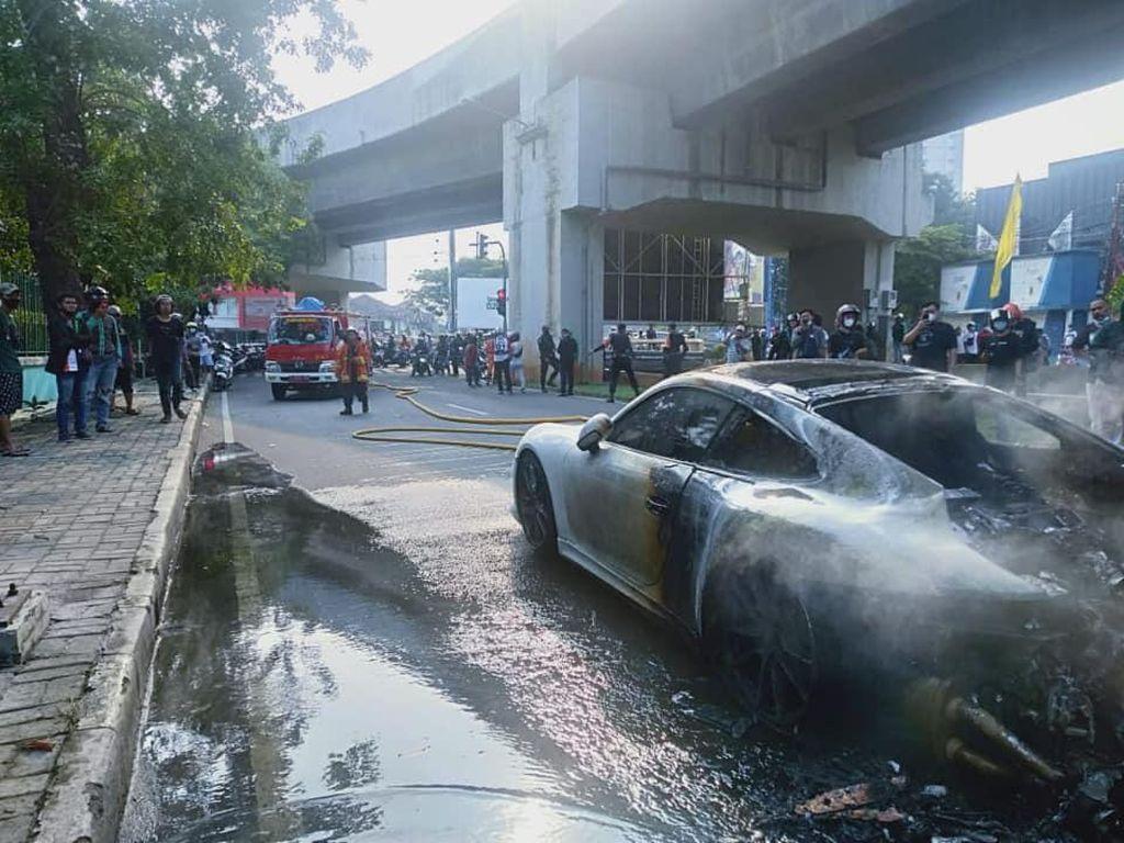 Detik-detik Mobil Porsche Putih Terbakar di Kelapa Gading
