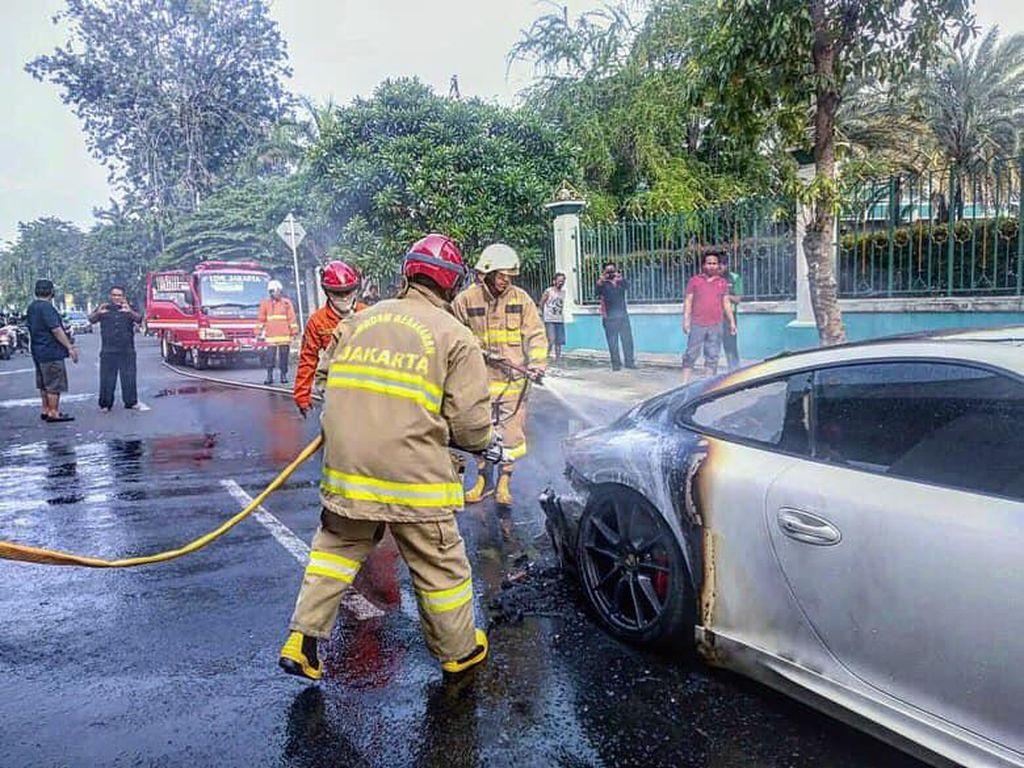 Mobil Porsche Terbakar di Kelapa Gading Jakut