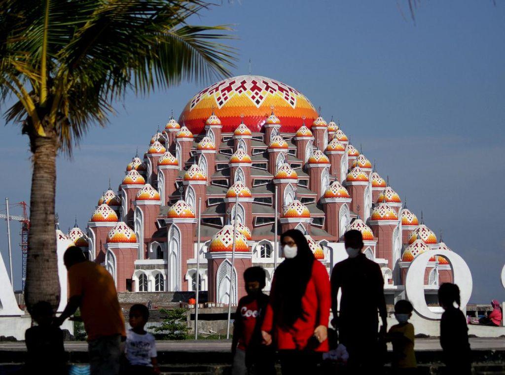 Melihat Lebih Dekat Masjid 99 Kubah di Makassar