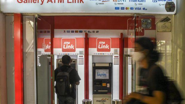 Nasabah melakukan transkasi melalui mesin Anjungan Tunai Mandiri (ATM) Link di Jakarta, Minggu (23/5/2021). Mulai 1 Juni 2021, bagi nasabah bank BUMN yaitu Bank Mandiri, BNI, BRI, dan BTN yang melakukan transaksi di ATM Link akan dikenakan biaya untuk cek saldo dan tarik tunai, tarif yang diberlakukan untuk transaksi cek saldo dari Rp0 menjadi Rp2.500 dan tarik tunai dari Rp0 menjadi Rp5.000 sementara untuk transfer ke sesama bank BUMN tetap Rp4.000. ANTARA FOTO/Galih Pradipta/aww.