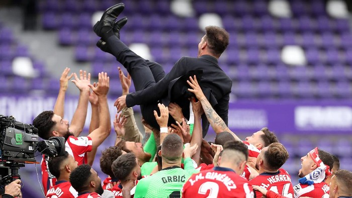 VALLADOLID, SPAIN - MAY 22: Diego Simeone, Head Coach of Atletico de Madrid is thrown in the air by his players as they celebrate winning the La Liga Santander title after victory in the La Liga Santander match between Real Valladolid CF and Atletico de Madrid at Estadio Municipal Jose Zorrilla on May 22, 2021 in Valladolid, Spain. Sporting stadiums around Spain remain under strict restrictions due to the Coronavirus Pandemic as Government social distancing laws prohibit fans inside venues resulting in games being played behind closed doors (Photo by Angel Martinez/Getty Images)