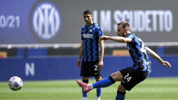 Inter Milan's Christian Eriksen scores his side's second goal during the Serie A soccer match between Inter and Udinese, at the San Siro stadium in Milan, Italy, Sunday, May 23, 2021. Inter won its first Serie A title in 11 years this month. (Piero Cruciatti/LaPresse via AP)