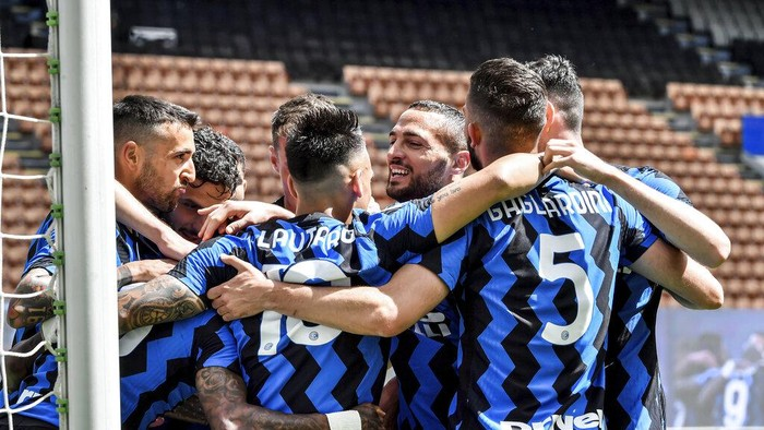 Inter Milan players celebrate after Ashley Young scored his sides opening goal during the Serie A soccer match between Inter Milan and Udinese, at the San Sito stadium in Milan, Italy, Sunday, May 23, 2021. (AP Photo/Nicola Marfisi)