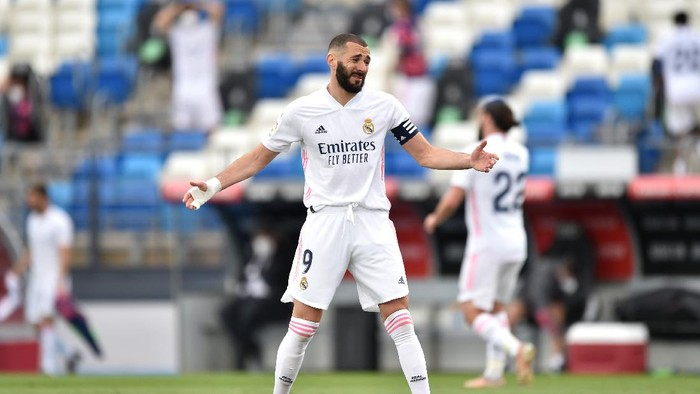MADRID, SPAIN - MAY 22: Karim Benzema of Real Madrid reacts during the La Liga Santander match between Real Madrid and Villarreal CF at Estadio Santiago Bernabeu on May 22, 2021 in Madrid, Spain. Sporting stadiums around Spain remain under strict restrictions due to the Coronavirus Pandemic as Government social distancing laws prohibit fans inside venues resulting in games being played behind closed doors (Photo by Denis Doyle/Getty Images)