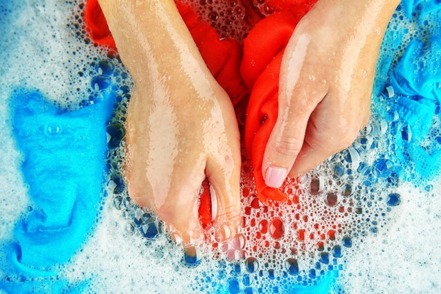Mencuci dengan menggunakan tangan/solusiibuattack.com