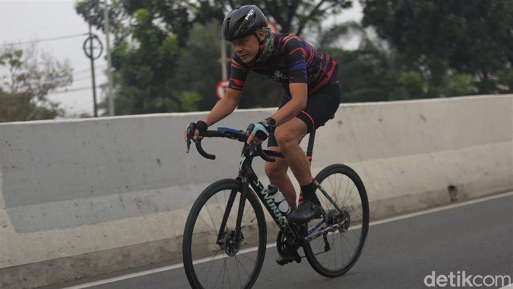 Momen Ganjar Pranowo Bersepeda di JLNT Kampung Melayu-Tanah Abang