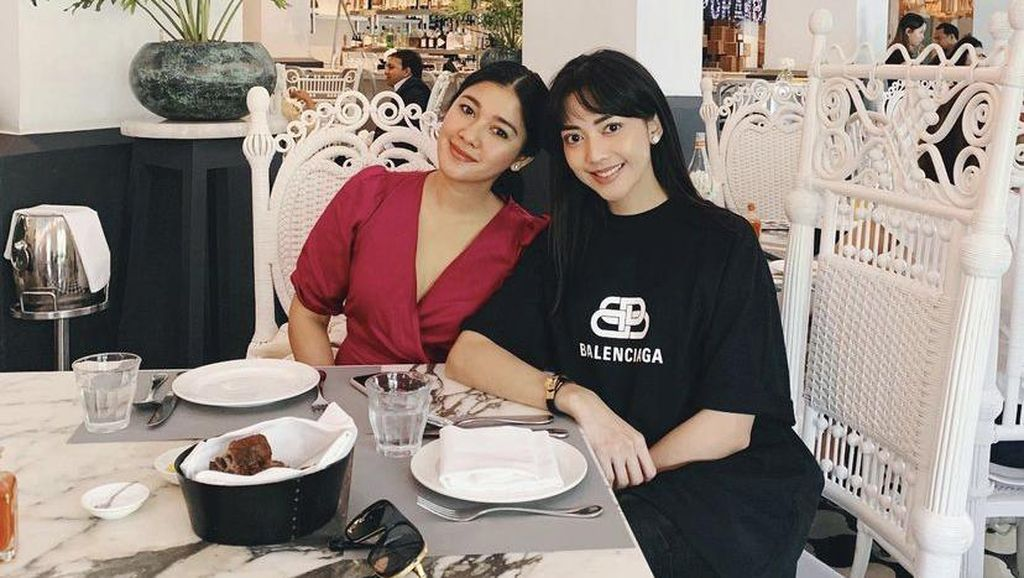 Ririn Dwi Ariyanti Selalu Modis Saat Nongkrong di Kafe