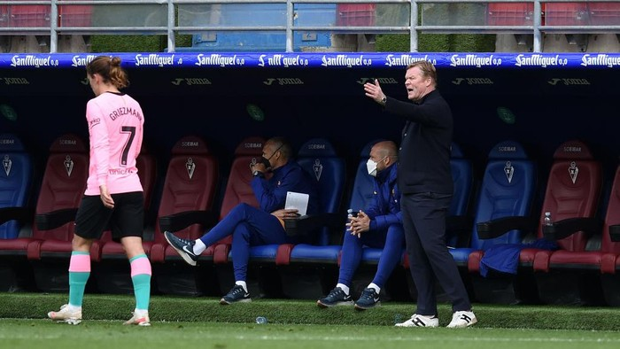 EIBAR, SPAIN - MAY 22: Ronald Koeman, Head coach of FC Barcelona gives their team instructions  during the La Liga Santander match between SD Eibar and FC Barcelona at Estadio Municipal de Ipurua on May 22, 2021 in Eibar, Spain. Sporting stadiums around Spain remain under strict restrictions due to the Coronavirus Pandemic as Government social distancing laws prohibit fans inside venues resulting in games being played behind closed doors (Photo by Juan Manuel Serrano Arce/Getty Images)