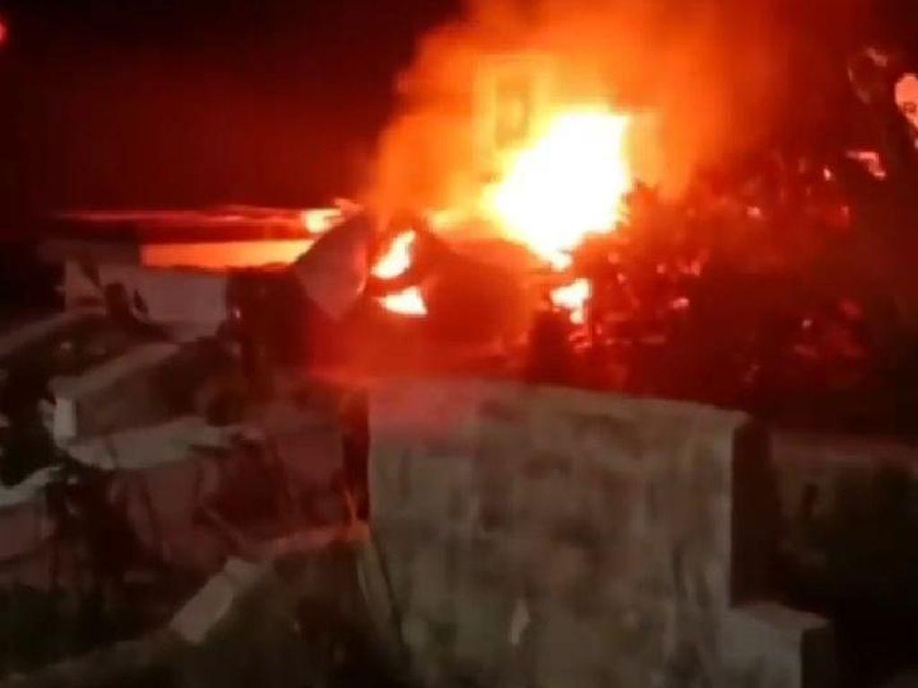 Ban Dibakar di Tengah Pusara Saat Warga Protes soal Jenazah Corona