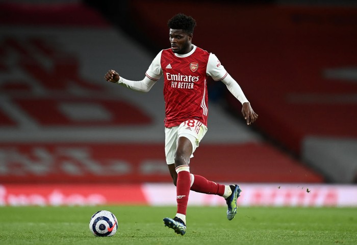 LONDON, ENGLAND - APRIL 23: Thomas Partey of Arsenal runs with the ball during the Premier League match between Arsenal and Everton at Emirates Stadium on April 23, 2021 in London, England. Sporting stadiums around the UK remain under strict restrictions due to the Coronavirus Pandemic as Government social distancing laws prohibit fans inside venues resulting in games being played behind closed doors. (Photo by Michael Regan/Getty Images)