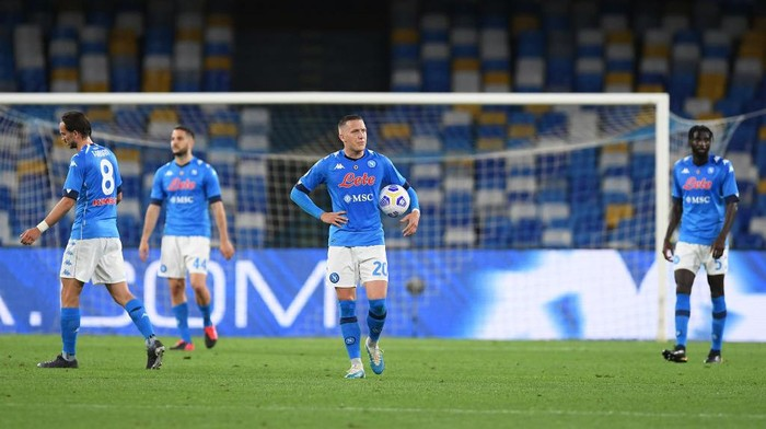 NAPLES, ITALY - MAY 23: Piotr Zielinski of SSC Napoli looks dejected after Hellas Verona equalise during the Serie A match between SSC Napoli and Hellas Verona FC at Stadio Diego Armando Maradona on May 23, 2021 in Naples, Italy. Sporting stadiums around Italy remain under strict restrictions due to the Coronavirus Pandemic as Government social distancing laws prohibit fans inside venues resulting in games being played behind closed doors.  (Photo by Francesco Pecoraro/Getty Images)