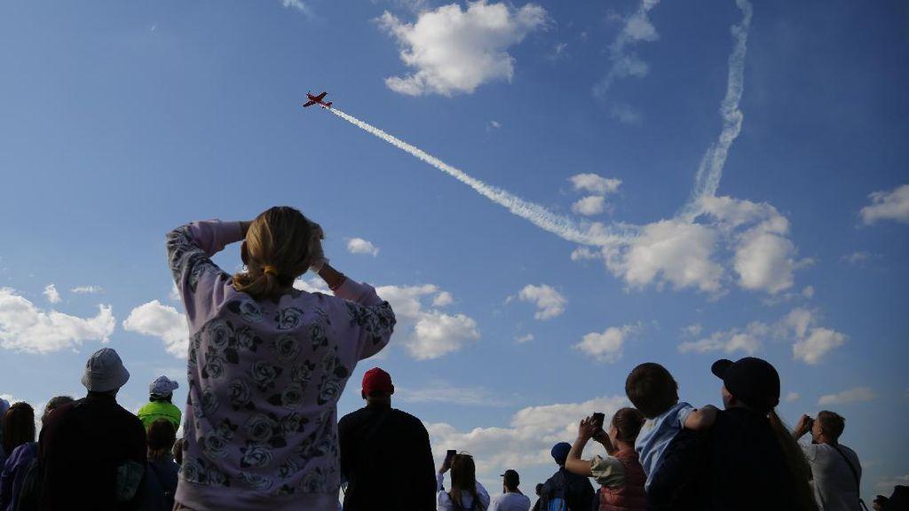 Aksi Pesawat Tempur Bermanuver di Langit Rusia