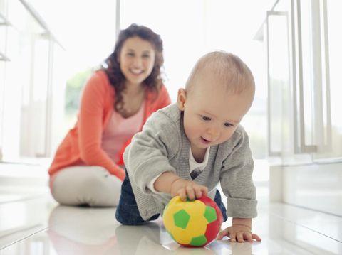 bayi laki-laki main bola.