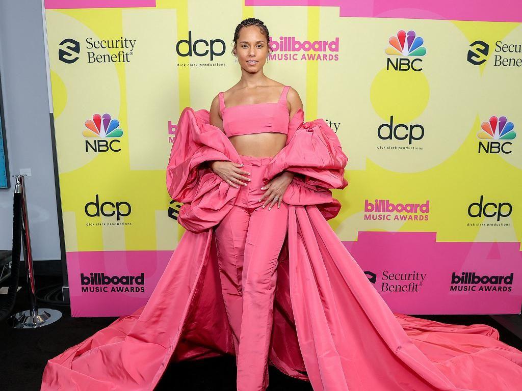 10 Gaya Nyentrik Vs Seksi Artis di Red Carpet Billboard Music Awards