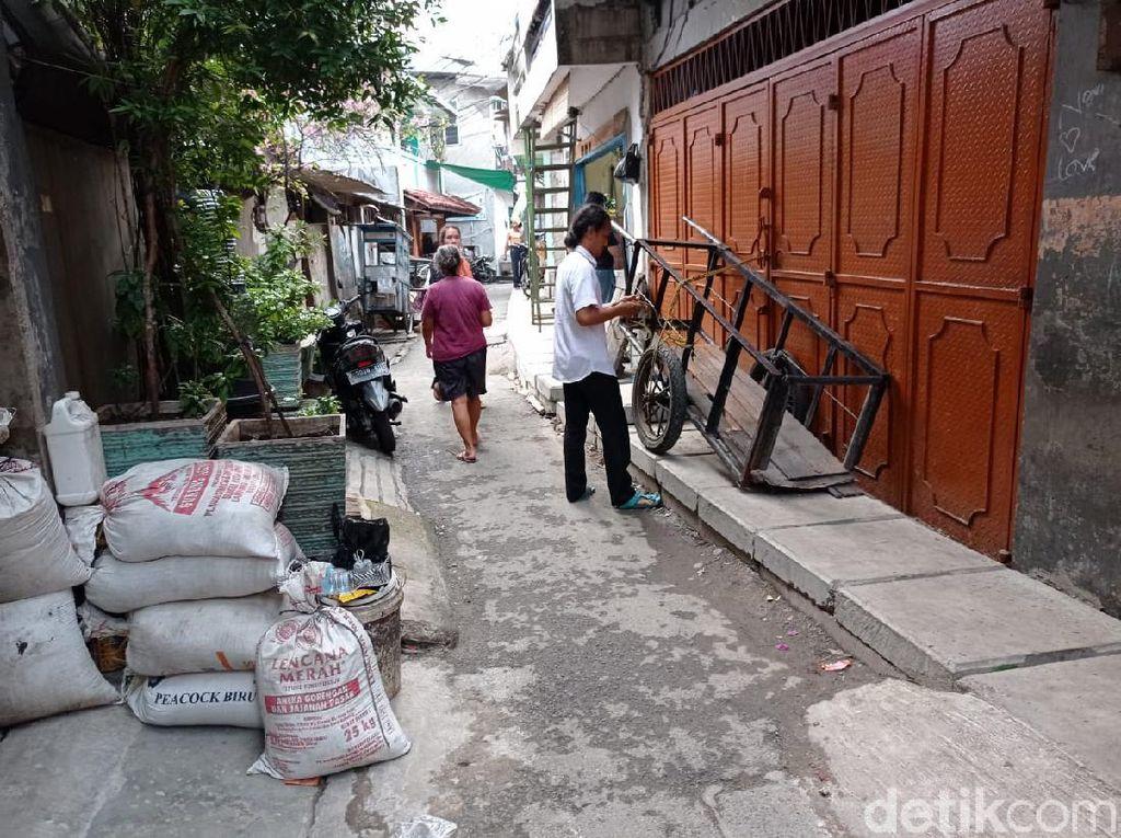 Pintu Rumah di Jakbar Terhalang Got, Pemkot Tak Anggarkan Perbaikan Rumah