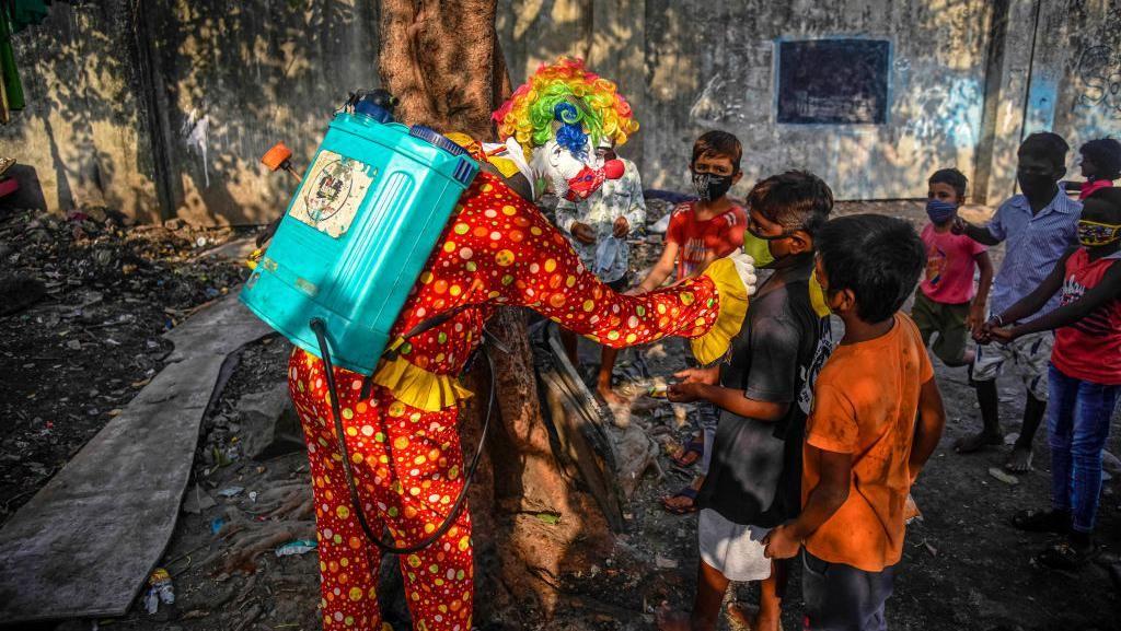 Kala Badut Sebarkan Pesan Aman dari Corona Untuk Warga India