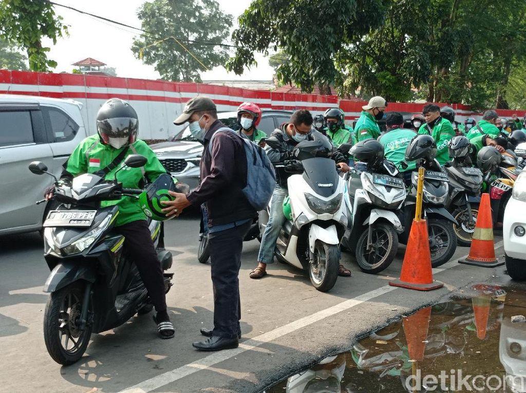 Jam Sibuk, Ojol Mangkal di Setengah Lajur Jalan Depan Stasiun Manggarai