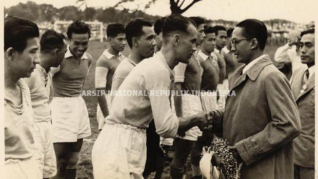 Mr. Kosasih Purwanegara memberikan selamat pada salah satu pemain sepak bola dari Tim Indonesia sebelum pertandingan dimulai di Lapangan BVC.