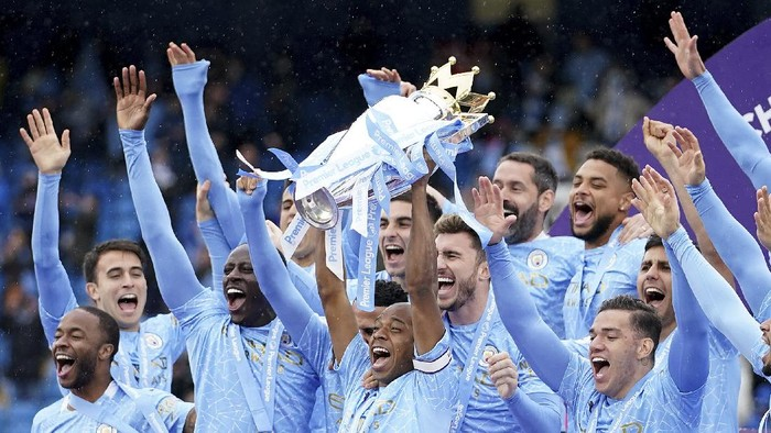 Manchester Citys Fernandinho raises the trophy to celebrate winning the English Premier League title after the soccer match between Manchester City and Everton at the Etihad stadium in Manchester, Sunday, May 23, 2021.(AP Photo/Dave Thompson, Pool)