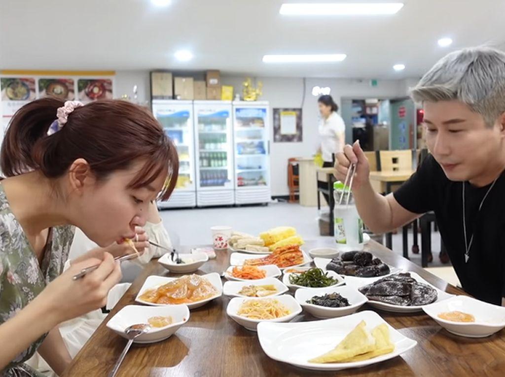 YouTuber Ini Mukbang di Restoran Korea Utara, Ada Menu Apa Saja?