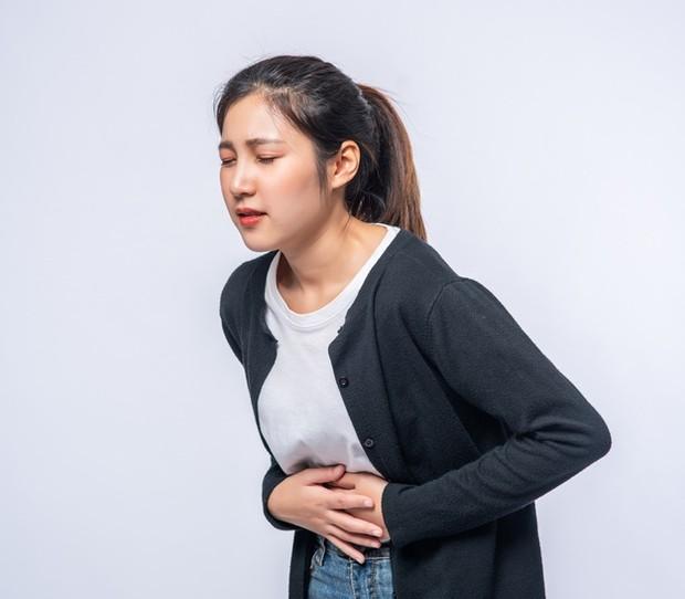 Perut terasa penuh merupakan salah satu tanda kista ovarium