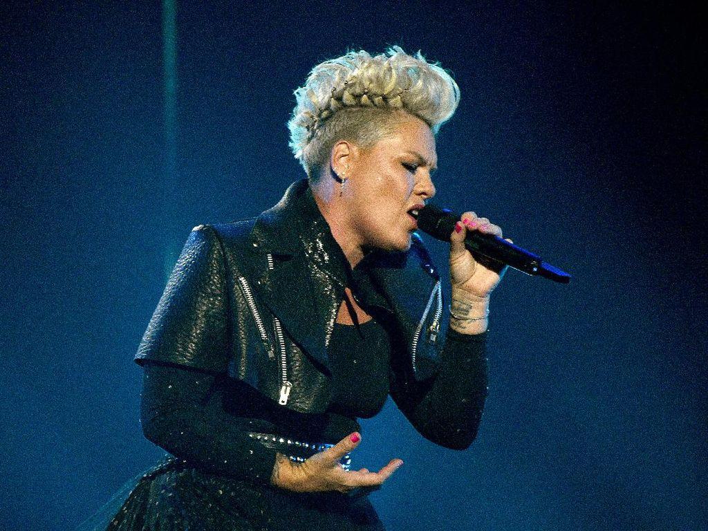 Penyanyi Pink Siap Bayarkan Denda Tim Bola Tangan Norwegia