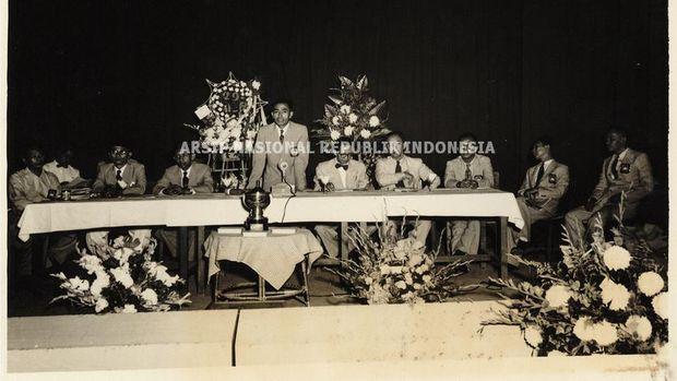 Ketua Umum PSSI di era 1950-an, R. Maladi, pada malam resepsi PSSI di Balai Prajurit Diponoegoro, 29 November 1951.