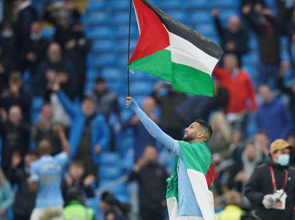Riyad Mahrez Rayakan Juara Liga Inggris dengan Bendera Palestina